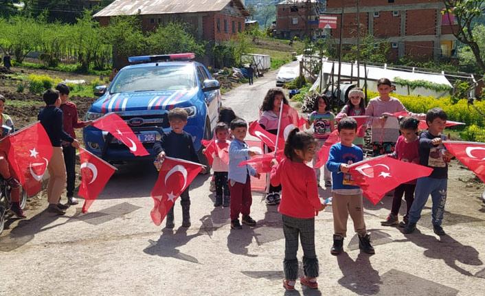 Trabzon'da jandarma 23 Nisan'ı çocuklarla kutladı