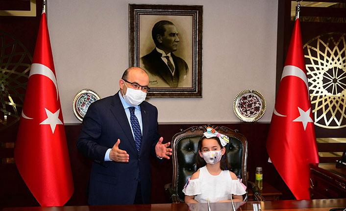 Minik Tuğçe, Vali Ustaoğlu'ndan koltuğu devraldı