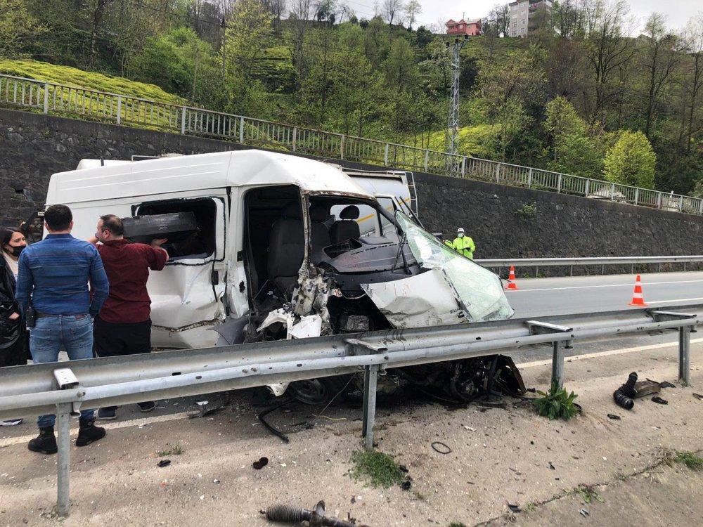 Rize'de minibüs beton mikserine çarptı