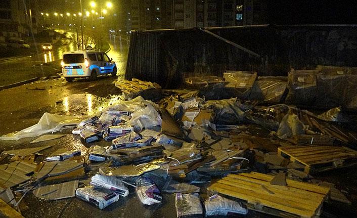 Samsun'da inşaat malzemesi taşıyan kamyon devrildi