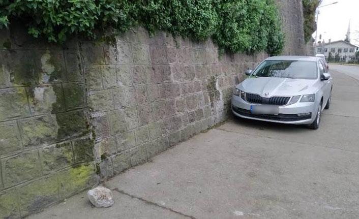 Trabzon'da kaya parçaları araçların üzerine düştü