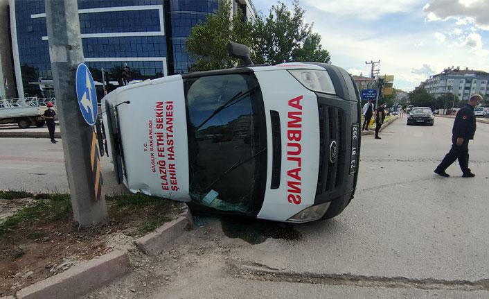Otomobil ambulansa çarptı, koronavirüs hastası yaralandı