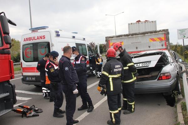 Trabzon plakalı otomobil park halindeki kamyona çarptı! 1 Ölü
