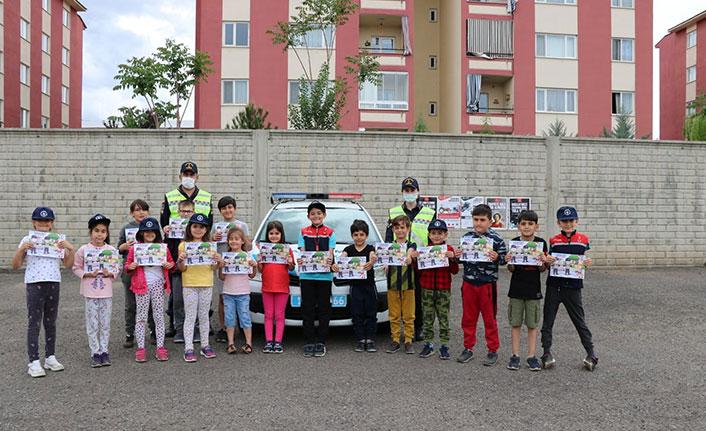 Jandarmadan sürücülere broşür, çocuklara hediye