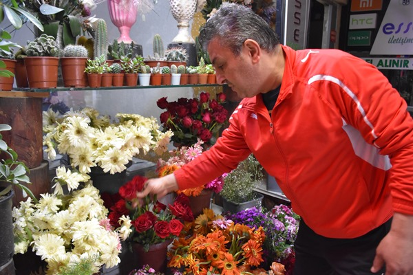 """Trabzon'daki çiçekçilerde """"Anneler Günü"""" mesaisi"""