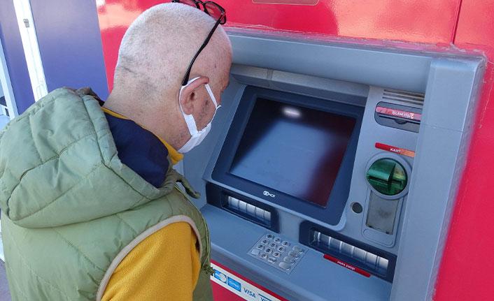 ATM'den çektiği emekli maaşı saniyeler içinde çalındı