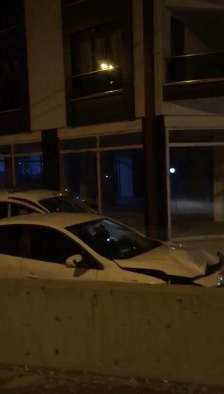 Polisten kaçmaya çalışırken yol sandığı siteye girdi, beton direğe çarptı