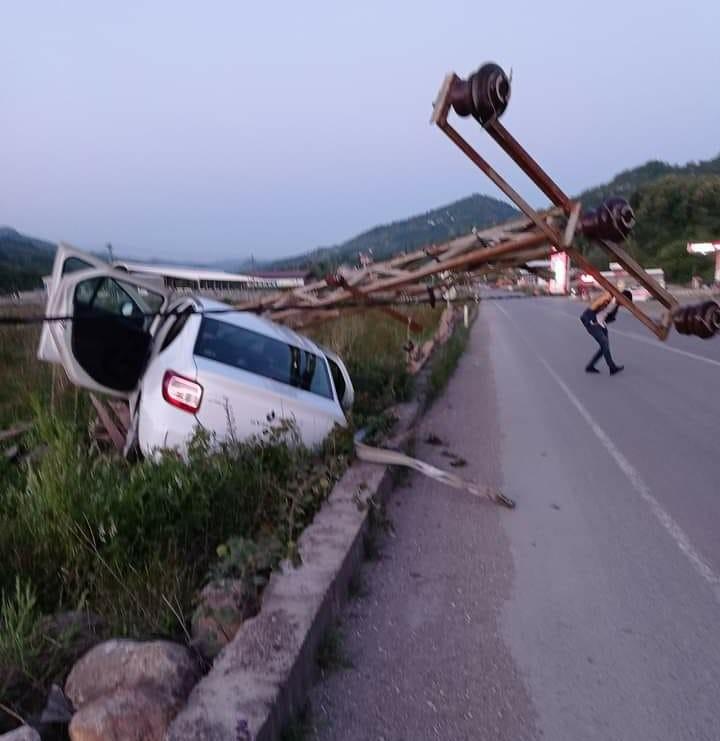 Ordu'da elektrik direğine çarpan otomobil hurdaya döndü