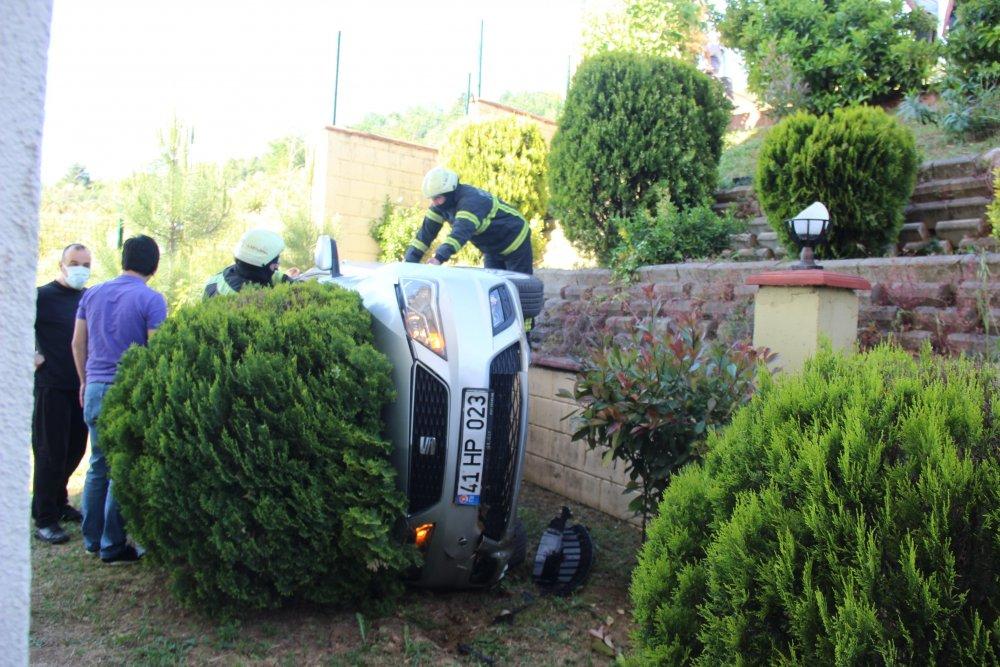 Fren yerine gaza bastı, 4 metreden sitenin bahçesine uçtu