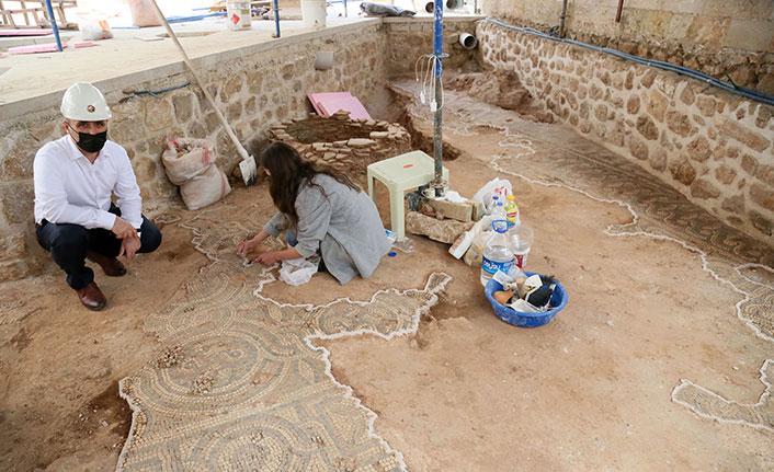 Tarihi caminin avlusunda mezar bulundu