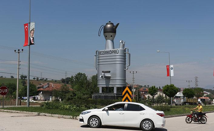 Yassı semaver anıtı tepki çekti, Belediye Başkanı eleştirilere kulak asmadı