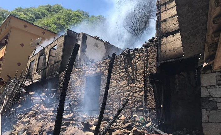 Trabzon'da yangın, ev küle döndü