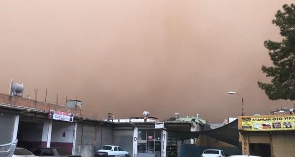 Suriye'den gelen toz bulutu Şanlıurfa'yı esir aldı