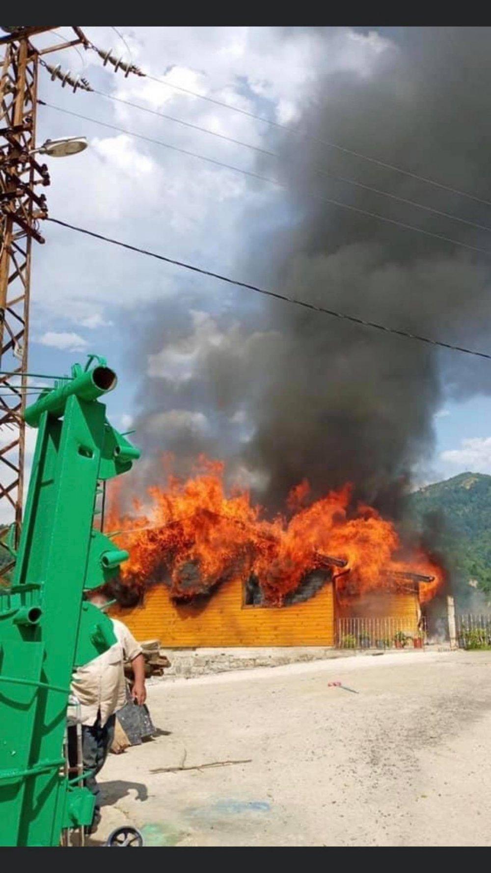 Rize yanan ahşap ev kullanılmaz hale geldi