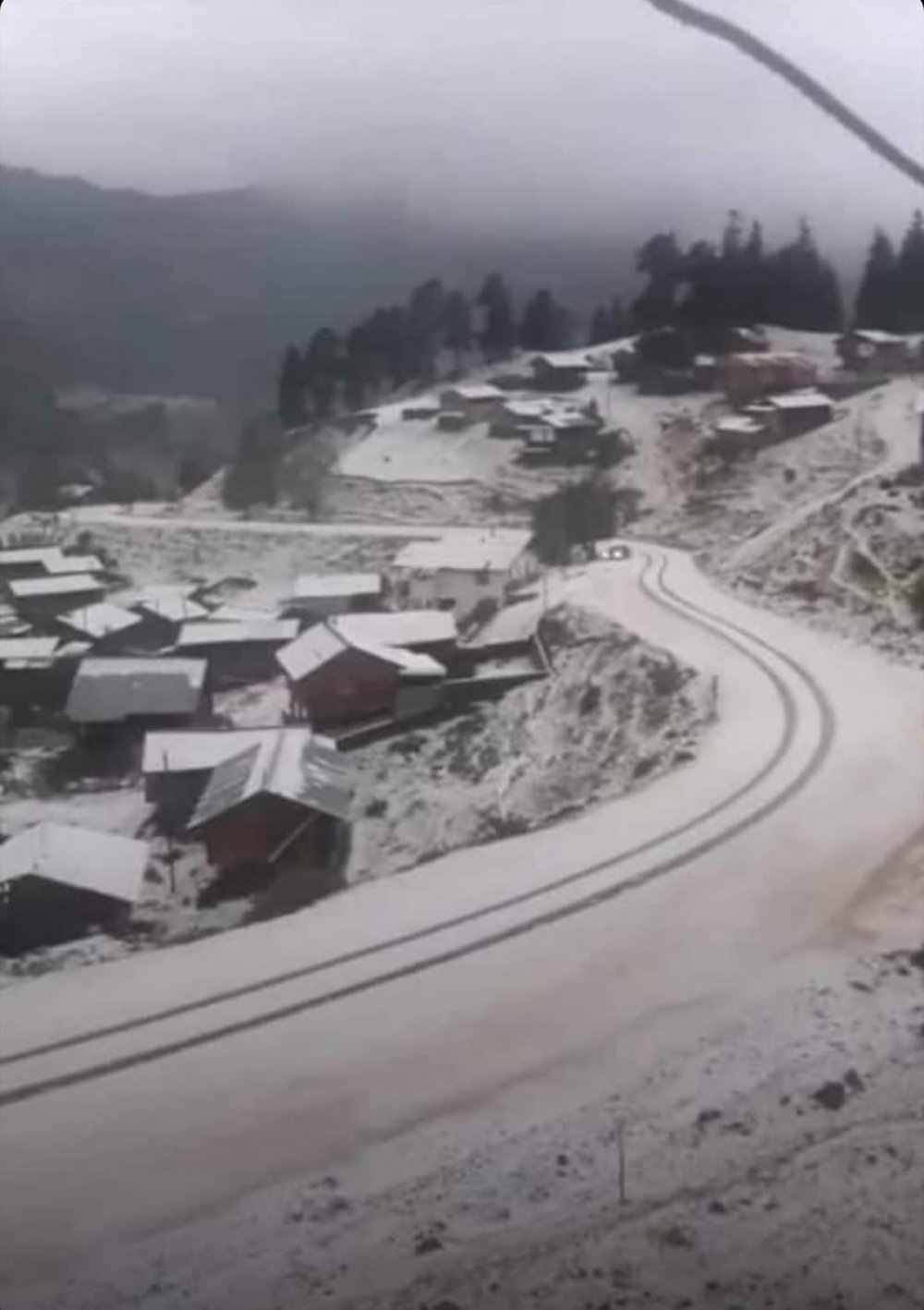 Şavşat'ın köyleri dolu yağışıyla beyaza büründü