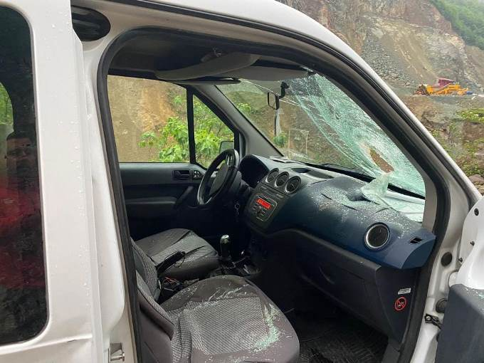Trabzon'da aracın üzerine kaya parçası düştü