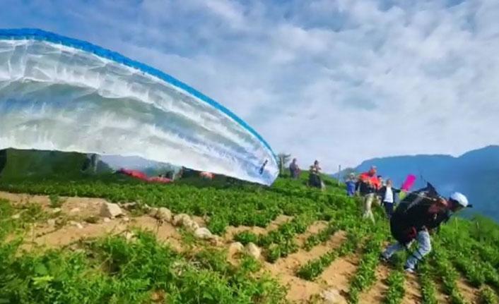 Adrenalin tutkunlarının yeni gözdesi çay tarlalarında yamaç paraşütü oldu