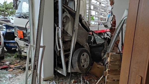 Tüp dolu kamyonet oto galeriye daldı, 7 araç zarar gördü