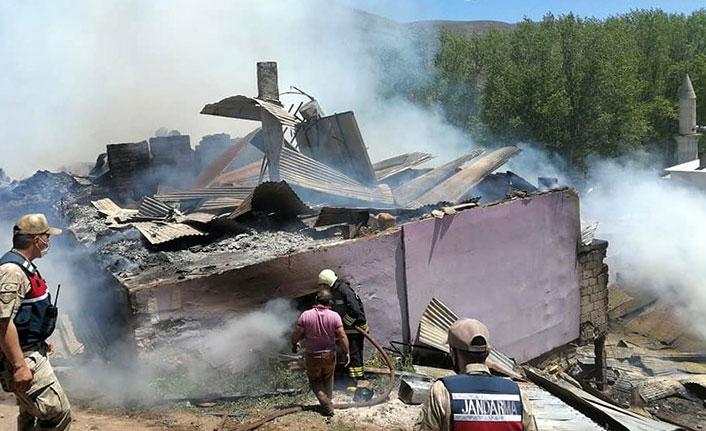 Bayburt'un Güneydere köyünde yangın korkuya neden oldu