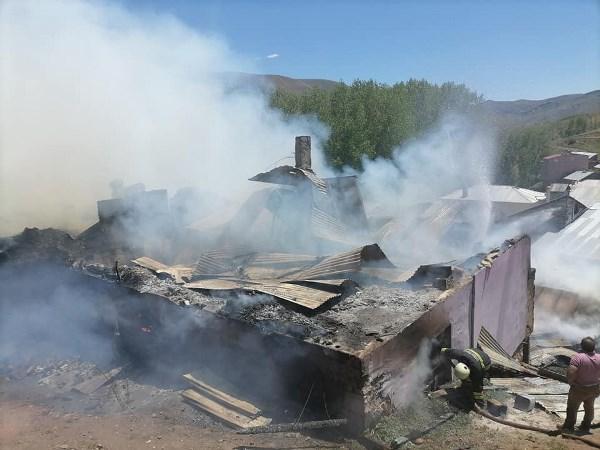 Bayburt'ta yangın! 5 ev kullanılamaz hale geldi