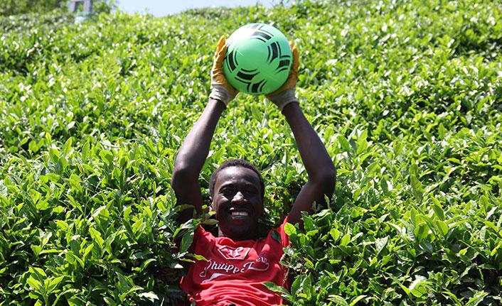 Afrikalı çay işçilerinden futbol molası