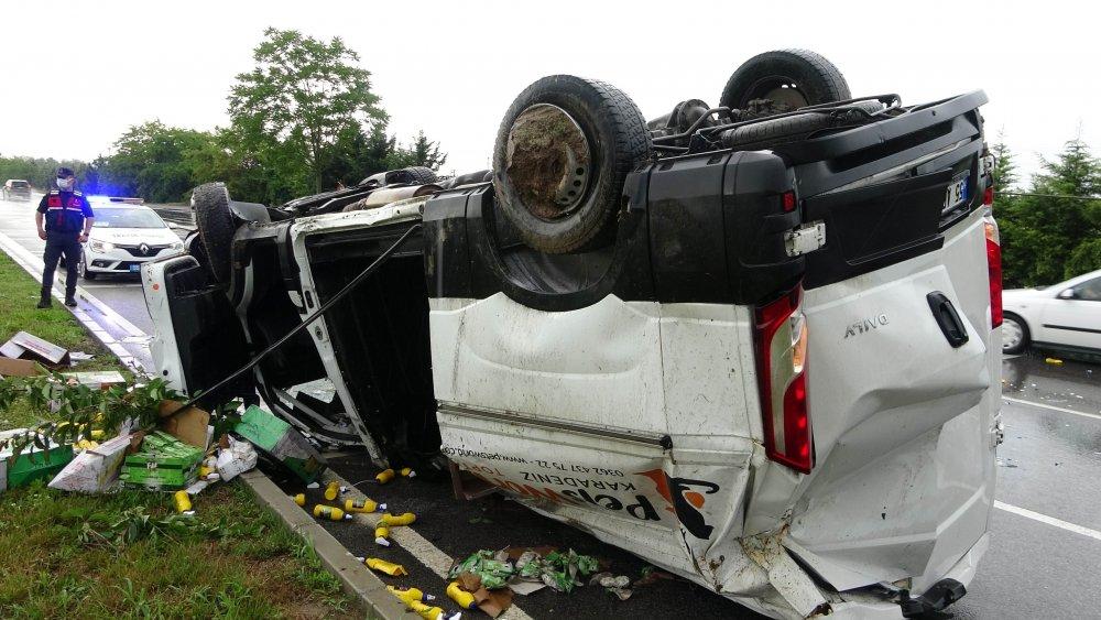 Sağanak kaza getirdi! Minibüs takla attı