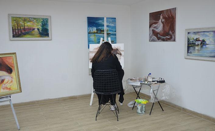 Evinin garajını resim galerisine çevirdi