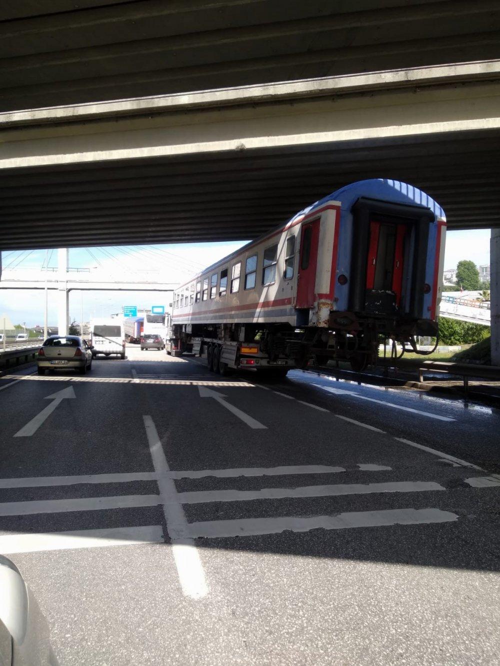 Karayolundaki tren vagonu şaşırttı