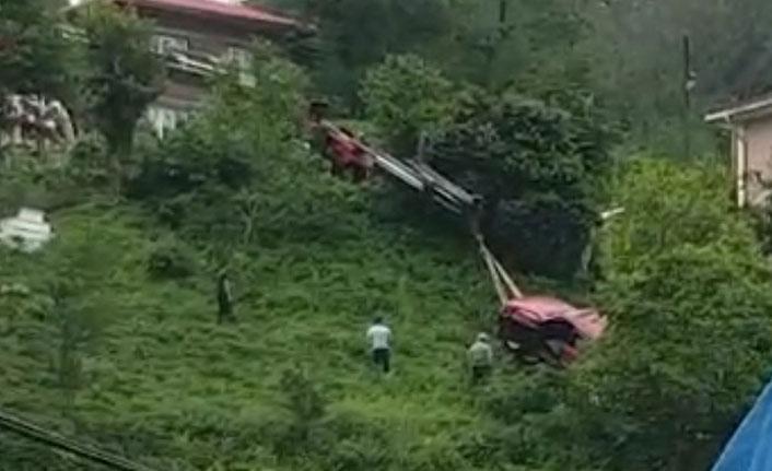 El freni boşalan araç çay bahçesine uçtu