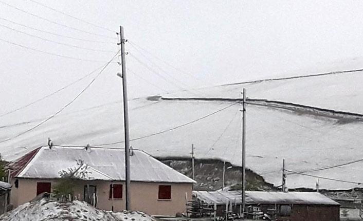 Yaylaya haziranda kar yağdı