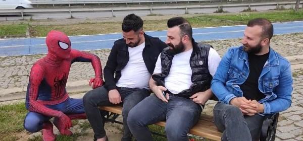 Memleketi Trabzon'a gelen örümcek adam güldürdü