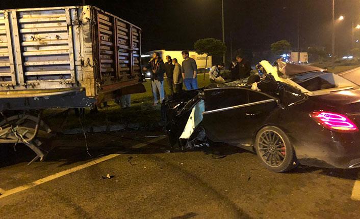 Otomobil, TIR'a çarptı