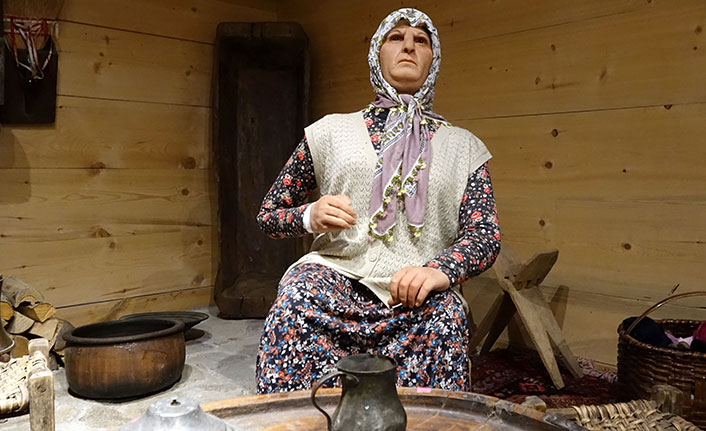 Büyükanne ve dedesinin anısını yaşatmak istedi, balmumu heykellerini yaptırdı