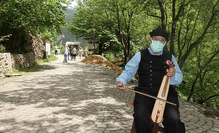 Trabzon'da tam18 yıldır aynı yerde kemençe çalıyor