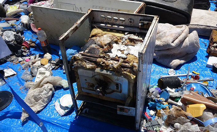 Rize'de dere yataklarından çıkan çöpler meydanda sergilendi