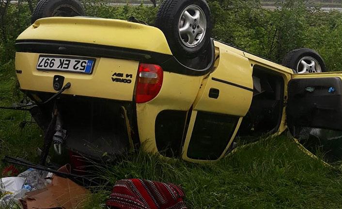 Çarpışan otomobiller evin bahçesine girdi 3 yaralı