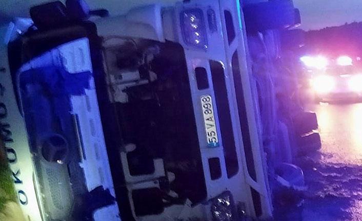 Samsun'da tır su kanalına devrildi 1 yaralı