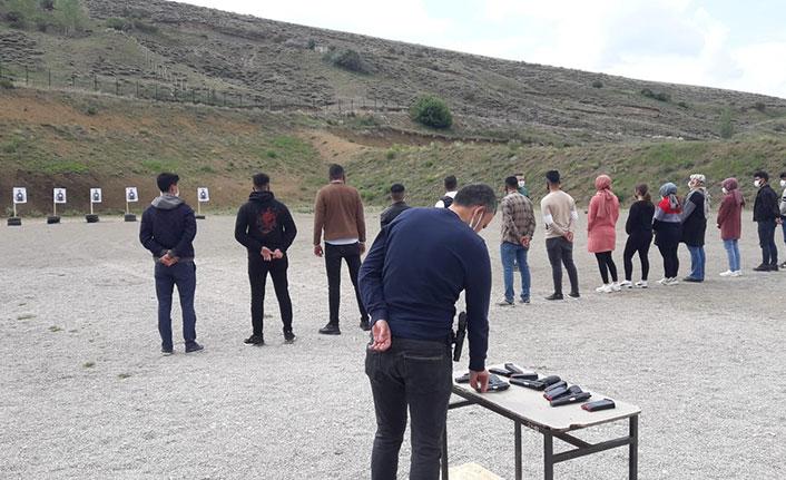 Üniversite öğrencilerine silah eğitimi verildi