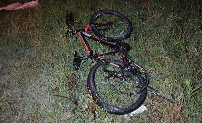 Otomobilin çarptığı bisikletli hayatını kaybetti