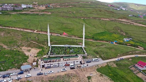 Trabzon'da üstü açık tarihi camide cuma namazı