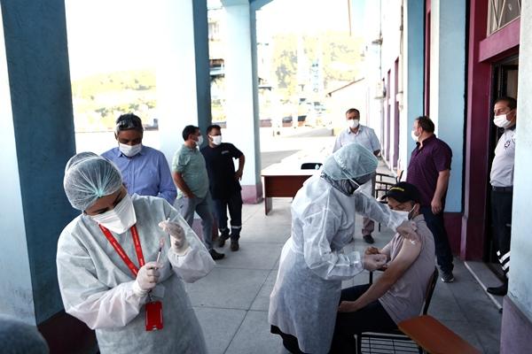 Trabzon'da liman çalışanları mobil ekiplerce aşılanıyor