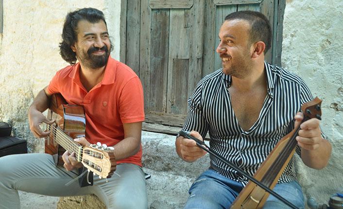 Ünlü şaire hayranlığı Trabzonlu kemençe ustasına şarkı yazdırdı