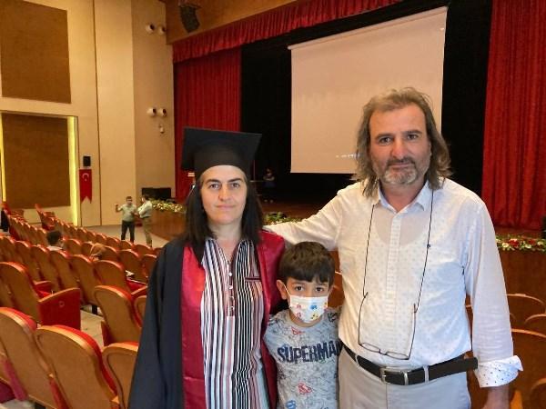 3 çocuk annesi 47 yaşında üniversiteyi birincilikle bitirdi