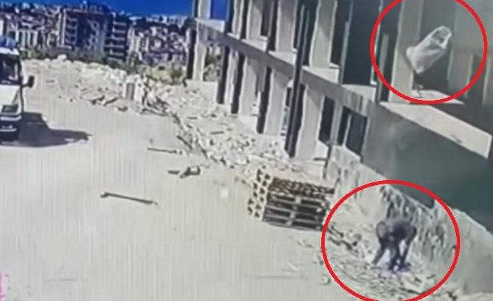 Üzerine 4. kattan atılan kum çuvalı düştü!