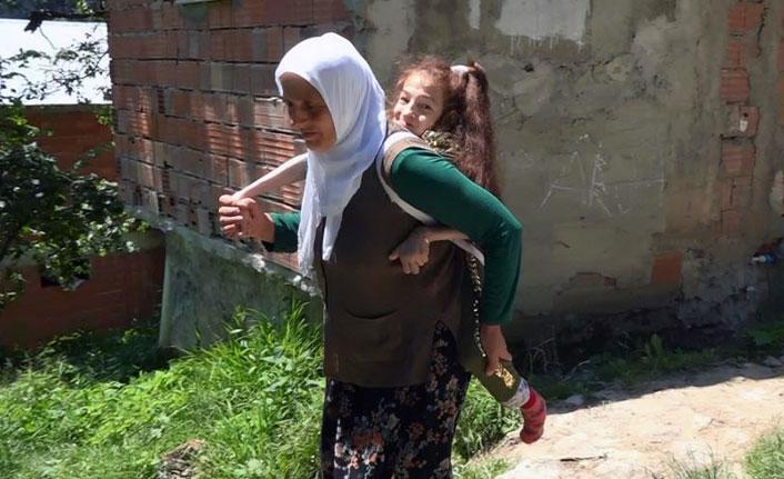 Trabzonlu fedakar anne engelli kızı için yol istiyor