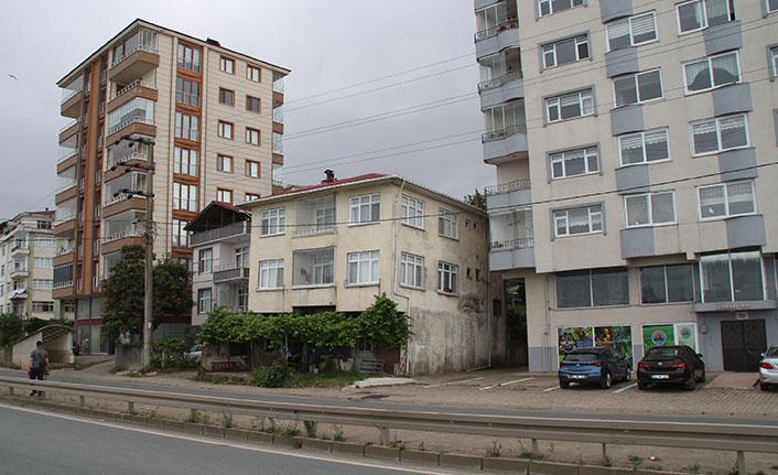 Rize'de yan yatan bina için önlem talebi