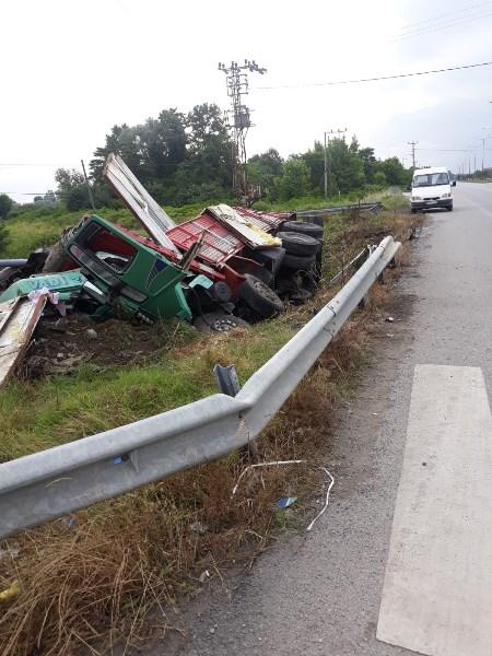 Trabzon plakalı kamyon şarampole devrildi: 1 ağır yaralı