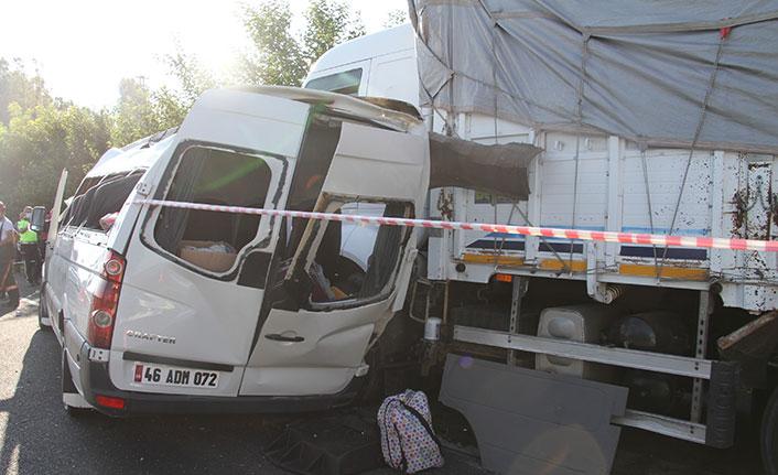 Düğün yolundaki minibüs kamyona çarptı