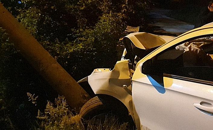 Otomobil elektrik direğine çarptı, yaralı kadına 'öl' diye bağırdı