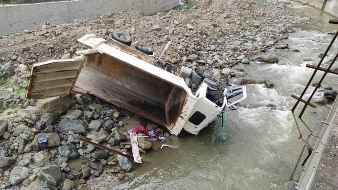 Trabzon'da kamyonla dereye uçtu, hastaneye gitmeyip kazada kaybolan 15 bin dolarını aradı